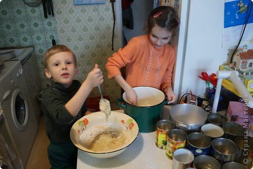 Выкладываю обещанный МК по куличам - очень простой и хороший рецепт.  На этом фото куличи позапрошлогодние, просто нет нормальных фоток прошлогодних куличей, а есть только этапы их приготовления. Сразу скажу, что в прошлом году я делала свои куличи, как всегда. А дети сидели дома на больничном, и мне пришла в голову идея дать им каждому продукты, чтобы они могли сделать свои собственные куличи, из собственных отдельно взятых продуктов. Вот весь этот процесс мы и засняли и вам сейчас покажем.  фото 3