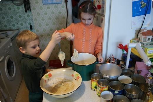 Выкладываю обещанный МК по куличам - очень простой и хороший рецепт.  На этом фото куличи позапрошлогодние, просто нет нормальных фоток прошлогодних куличей, а есть только этапы их приготовления. Сразу скажу, что в прошлом году я делала свои куличи, как всегда. А дети сидели дома на больничном, и мне пришла в голову идея дать им каждому продукты, чтобы они могли сделать свои собственные куличи, из собственных отдельно взятых продуктов. Вот весь этот процесс мы и засняли и вам сейчас покажем.  фото 2
