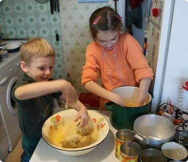 Выкладываю обещанный МК по куличам - очень простой и хороший рецепт.  На этом фото куличи позапрошлогодние, просто нет нормальных фоток прошлогодних куличей, а есть только этапы их приготовления. Сразу скажу, что в прошлом году я делала свои куличи, как всегда. А дети сидели дома на больничном, и мне пришла в голову идея дать им каждому продукты, чтобы они могли сделать свои собственные куличи, из собственных отдельно взятых продуктов. Вот весь этот процесс мы и засняли и вам сейчас покажем.  фото 4