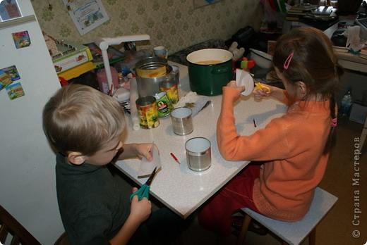 Выкладываю обещанный МК по куличам - очень простой и хороший рецепт.  На этом фото куличи позапрошлогодние, просто нет нормальных фоток прошлогодних куличей, а есть только этапы их приготовления. Сразу скажу, что в прошлом году я делала свои куличи, как всегда. А дети сидели дома на больничном, и мне пришла в голову идея дать им каждому продукты, чтобы они могли сделать свои собственные куличи, из собственных отдельно взятых продуктов. Вот весь этот процесс мы и засняли и вам сейчас покажем.  фото 9