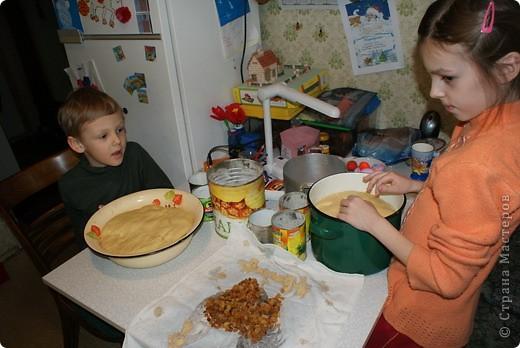 Выкладываю обещанный МК по куличам - очень простой и хороший рецепт.  На этом фото куличи позапрошлогодние, просто нет нормальных фоток прошлогодних куличей, а есть только этапы их приготовления. Сразу скажу, что в прошлом году я делала свои куличи, как всегда. А дети сидели дома на больничном, и мне пришла в голову идея дать им каждому продукты, чтобы они могли сделать свои собственные куличи, из собственных отдельно взятых продуктов. Вот весь этот процесс мы и засняли и вам сейчас покажем.  фото 11