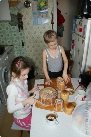 Выкладываю обещанный МК по куличам - очень простой и хороший рецепт.  На этом фото куличи позапрошлогодние, просто нет нормальных фоток прошлогодних куличей, а есть только этапы их приготовления. Сразу скажу, что в прошлом году я делала свои куличи, как всегда. А дети сидели дома на больничном, и мне пришла в голову идея дать им каждому продукты, чтобы они могли сделать свои собственные куличи, из собственных отдельно взятых продуктов. Вот весь этот процесс мы и засняли и вам сейчас покажем.  фото 20