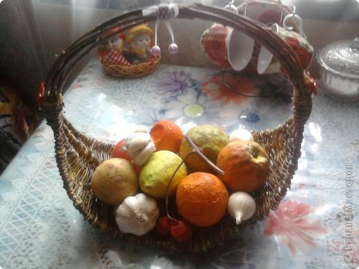 карзинка из ивовых прутьев,моя работа,а фрукты делала моя мама,это папье маше,кроме лука и чеснока они настоящие фото 1
