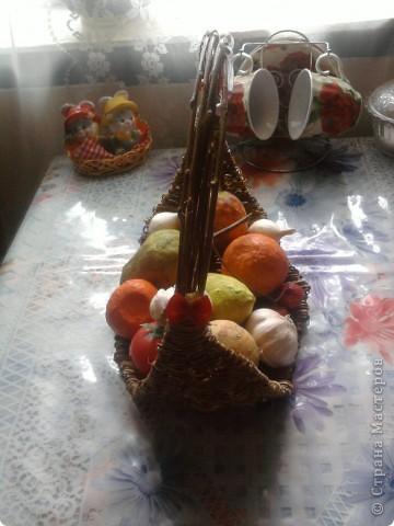 карзинка из ивовых прутьев,моя работа,а фрукты делала моя мама,это папье маше,кроме лука и чеснока они настоящие фото 2
