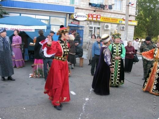 Я живу в небольшом городке на Юге Волгоградской области.Каждый год осенью мы празднуем День города.В районе у нас проживает более 20 разных национальностей. Уже стало традицией на центральной площади города каждое поселение представляет свои национальные костюмы, предметы обихода. Приглашает заглянуть в казачий курень или калмыцкую кибитку, угостить национальными блюдами.  На фото в гости приглашают казаки.Это, наверное, основное наше население. В районе много станиц.Одна из них носит имя Емельяна Пугачева.Это родина знаменитого бунтаря.Родился в этой станизе и Степан Разин.Каждый год на Троицу в станицу Пугачевскую собираются казаки не только из близлежащих станиц. фото 6