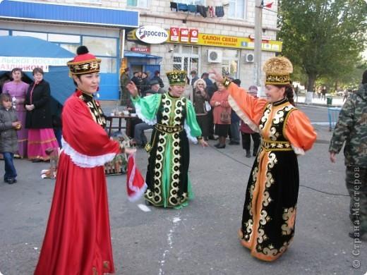 Я живу в небольшом городке на Юге Волгоградской области.Каждый год осенью мы празднуем День города.В районе у нас проживает более 20 разных национальностей. Уже стало традицией на центральной площади города каждое поселение представляет свои национальные костюмы, предметы обихода. Приглашает заглянуть в казачий курень или калмыцкую кибитку, угостить национальными блюдами.  На фото в гости приглашают казаки.Это, наверное, основное наше население. В районе много станиц.Одна из них носит имя Емельяна Пугачева.Это родина знаменитого бунтаря.Родился в этой станизе и Степан Разин.Каждый год на Троицу в станицу Пугачевскую собираются казаки не только из близлежащих станиц. фото 8