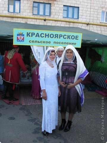 Я живу в небольшом городке на Юге Волгоградской области.Каждый год осенью мы празднуем День города.В районе у нас проживает более 20 разных национальностей. Уже стало традицией на центральной площади города каждое поселение представляет свои национальные костюмы, предметы обихода. Приглашает заглянуть в казачий курень или калмыцкую кибитку, угостить национальными блюдами.  На фото в гости приглашают казаки.Это, наверное, основное наше население. В районе много станиц.Одна из них носит имя Емельяна Пугачева.Это родина знаменитого бунтаря.Родился в этой станизе и Степан Разин.Каждый год на Троицу в станицу Пугачевскую собираются казаки не только из близлежащих станиц. фото 3