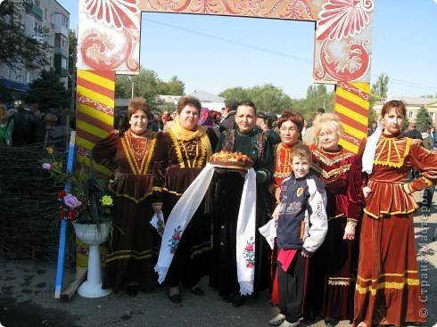 Я живу в небольшом городке на Юге Волгоградской области.Каждый год осенью мы празднуем День города.В районе у нас проживает более 20 разных национальностей. Уже стало традицией на центральной площади города каждое поселение представляет свои национальные костюмы, предметы обихода. Приглашает заглянуть в казачий курень или калмыцкую кибитку, угостить национальными блюдами.  На фото в гости приглашают казаки.Это, наверное, основное наше население. В районе много станиц.Одна из них носит имя Емельяна Пугачева.Это родина знаменитого бунтаря.Родился в этой станизе и Степан Разин.Каждый год на Троицу в станицу Пугачевскую собираются казаки не только из близлежащих станиц. фото 11
