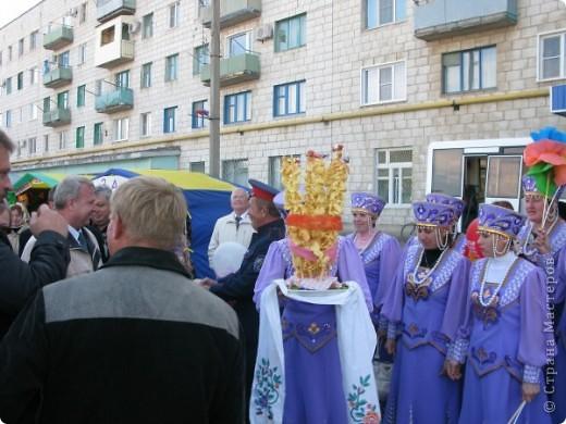 Я живу в небольшом городке на Юге Волгоградской области.Каждый год осенью мы празднуем День города.В районе у нас проживает более 20 разных национальностей. Уже стало традицией на центральной площади города каждое поселение представляет свои национальные костюмы, предметы обихода. Приглашает заглянуть в казачий курень или калмыцкую кибитку, угостить национальными блюдами.  На фото в гости приглашают казаки.Это, наверное, основное наше население. В районе много станиц.Одна из них носит имя Емельяна Пугачева.Это родина знаменитого бунтаря.Родился в этой станизе и Степан Разин.Каждый год на Троицу в станицу Пугачевскую собираются казаки не только из близлежащих станиц. фото 5