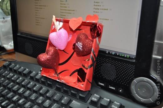 ДО (исходные материалы): - пакет подарочный, порванный; - половина коробочки; - конфетти; - сердечки; фото 2