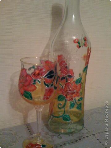 Эту бутылочку я расписала в технике витражной росписи. Ну а стаканчик получился как бонус. фото 2