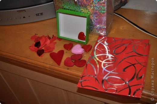 ДО (исходные материалы): - пакет подарочный, порванный; - половина коробочки; - конфетти; - сердечки; фото 1