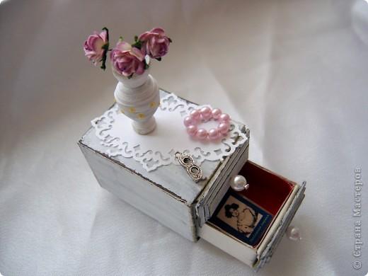 Этот комодик я делала по МК в блоге Altered Art. Очень понравился мне процесс работы над ним. Использовала 2 спичечных коробка, обклеенных толстым картоном. МК можно посмотреть здесь: http://altered-art.blogspot.com/2011/03/2.html фото 1
