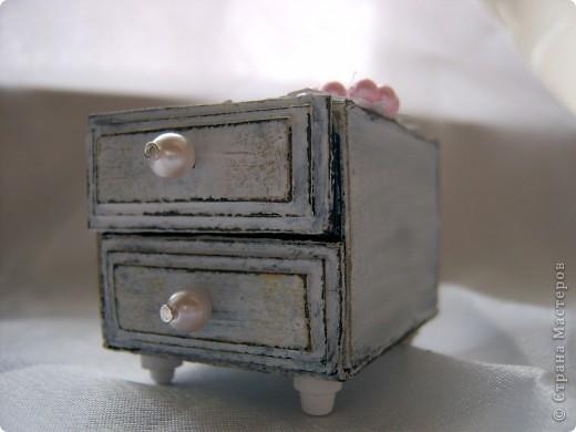 Этот комодик я делала по МК в блоге Altered Art. Очень понравился мне процесс работы над ним. Использовала 2 спичечных коробка, обклеенных толстым картоном. МК можно посмотреть здесь: http://altered-art.blogspot.com/2011/03/2.html фото 2
