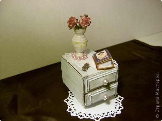 Этот комодик я делала по МК в блоге Altered Art. Очень понравился мне процесс работы над ним. Использовала 2 спичечных коробка, обклеенных толстым картоном. МК можно посмотреть здесь: http://altered-art.blogspot.com/2011/03/2.html фото 3