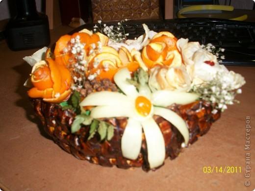 Надо было срочно сделать поделку из природного материала.За один вечер родился вот такой букет.Самый большой цветок с этого края сделан из лука,а сердцевина из корки апельсина. фото 1