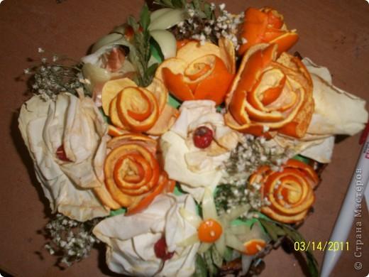 Надо было срочно сделать поделку из природного материала.За один вечер родился вот такой букет.Самый большой цветок с этого края сделан из лука,а сердцевина из корки апельсина. фото 2