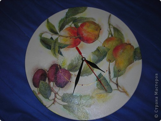Часы из фанеры и декупажная карта, правда она потрескалась, когда я ее положила в воду, но это придало часам интересный вид! фото 3