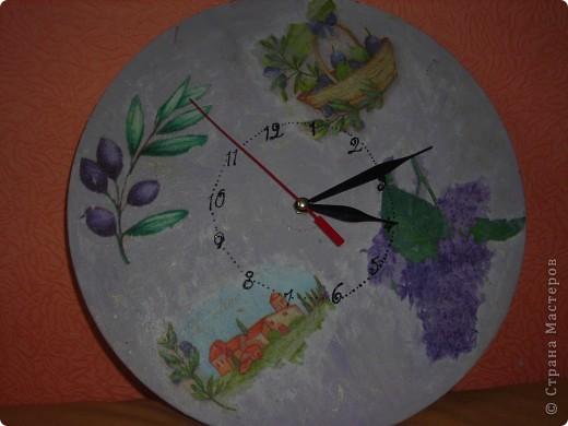 Часы из фанеры и декупажная карта, правда она потрескалась, когда я ее положила в воду, но это придало часам интересный вид! фото 2
