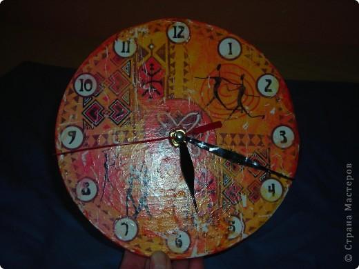 Часы из фанеры и декупажная карта, правда она потрескалась, когда я ее положила в воду, но это придало часам интересный вид! фото 1