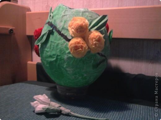 Такую вазу я сделала на уроке труда.Из бумаги и клея, красок и салфеток