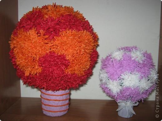 Первые шарики. На большом шаре цветы из обычных обеденных салфеток.  1 цветок = 1 салфетка. На маленьком шаре цветы из гофробумаги.