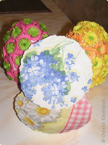 Моя подготовка к Светло Пасхе началась)) Уже готово 2 яйца. Каркас делала в стиле папье-маше из детского большого пластикого яйца. Потом клеила квиллинговые цветочки и в промежутках между цветами - торцевание. фото 2