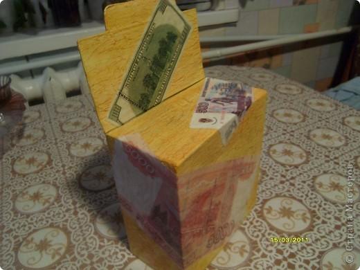 Решила сделать копилку для бумажных денег. Кинул 10 или 50 рублей, а иногда можно и 100 кинуть. Так вроде не заметно, больше проедаем, а так достал при необходимости и глаз радуется.  фото 7