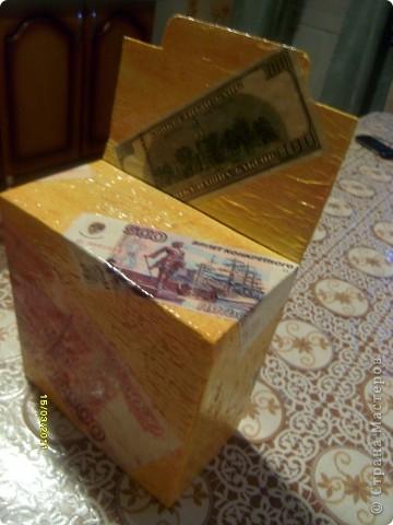 Решила сделать копилку для бумажных денег. Кинул 10 или 50 рублей, а иногда можно и 100 кинуть. Так вроде не заметно, больше проедаем, а так достал при необходимости и глаз радуется.  фото 1