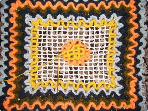 """Техника вязания этих ковриков крючком на основе филейной сетки.Можно использовать как """"временный"""" коврик в ванную так как легко сразу высушить,для вязания кухонных прихваток и других изделий.Я их связала  из остатков пряжи.Схема с интернета. фото 5"""