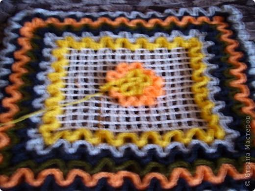 """Техника вязания этих ковриков крючком на основе филейной сетки.Можно использовать как """"временный"""" коврик в ванную так как легко сразу высушить,для вязания кухонных прихваток и других изделий.Я их связала  из остатков пряжи.Схема с интернета. фото 6"""