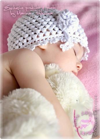 Нежная белая шапочка для дочек и мам на холодное лето. фото 3