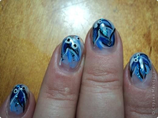 Давно хотела заняться наращиванием ногтей. Эти пробы я делала на себе. Длинные ногти не хотела, но, т.к. свои очень тонкие и ломкие, то для меня эта длина в самый раз. Да и работать удобно. Здесь розовый глиттер (блестки), роспись лаком. фото 3