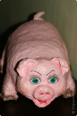 """Свинка получилась крупная (облепила 6 литровую баклажку), откормленная, с целлюлитом. Ресницы приклеила, чтобы глаза были выразительные - она же дама. И свиные ножки """"испачкала"""" в грязи, хоть и дама, но свинья везде грязь найдёт…  фото 1"""