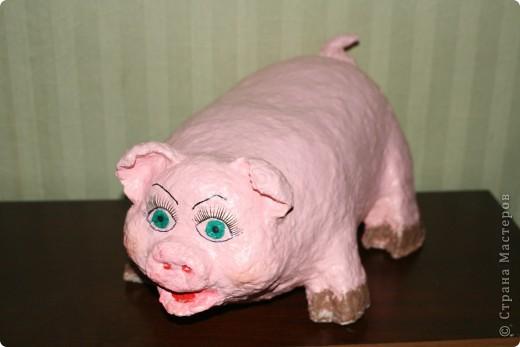 """Свинка получилась крупная (облепила 6 литровую баклажку), откормленная, с целлюлитом. Ресницы приклеила, чтобы глаза были выразительные - она же дама. И свиные ножки """"испачкала"""" в грязи, хоть и дама, но свинья везде грязь найдёт…  фото 2"""