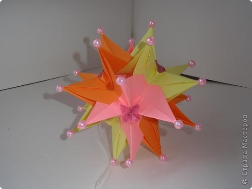 Вот такой яркий и солнечный шарик у меня получился. Кусудама Нины Острун http://23yannie.blogspot.com/2010/01/blog-post_26.html Видео: http://www.youtube.com/watch?v=ov7xwi_nhBc фото 1