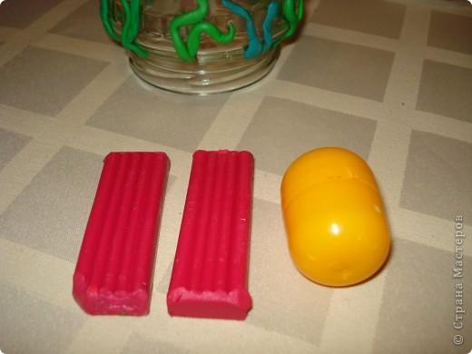 Этого осьминожку можно сделать с помощью пластилина и капсулы от Киндер-сюрприза.А чтобы ему было где поплавать,понадобится стеклянная банка с закручивающейся крышкой. фото 6