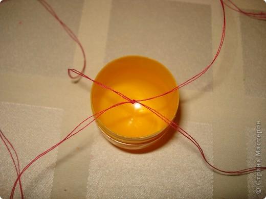 Этого осьминожку можно сделать с помощью пластилина и капсулы от Киндер-сюрприза.А чтобы ему было где поплавать,понадобится стеклянная банка с закручивающейся крышкой. фото 7