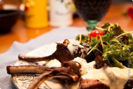 Каре Ягненка с чесночным соусом и простым салатом