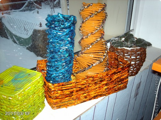 Потихоньку прибавляются мои плетенки ,та что под цветами первая кривулька. фото 1