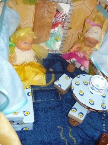 Проходит конкурс на поделки из бросового материала. Сшили вот такое платье из пакетов, украсили бабочками из фантиков. фото 7