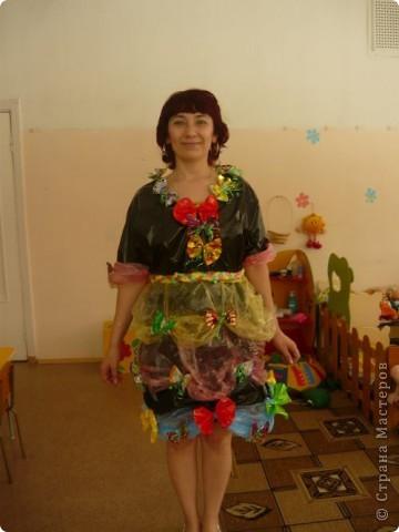 Проходит конкурс на поделки из бросового материала. Сшили вот такое платье из пакетов, украсили бабочками из фантиков. фото 2