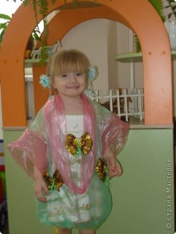 Проходит конкурс на поделки из бросового материала. Сшили вот такое платье из пакетов, украсили бабочками из фантиков. фото 4