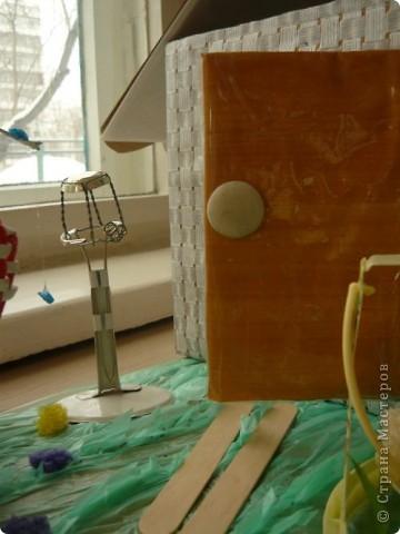 Проходит конкурс на поделки из бросового материала. Сшили вот такое платье из пакетов, украсили бабочками из фантиков. фото 11