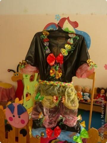 Проходит конкурс на поделки из бросового материала. Сшили вот такое платье из пакетов, украсили бабочками из фантиков.