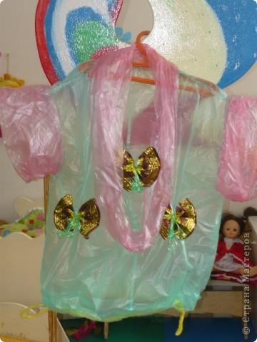 Проходит конкурс на поделки из бросового материала. Сшили вот такое платье из пакетов, украсили бабочками из фантиков. фото 3