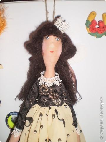 Новая кофейная феечка с чайником. Давно лежала кукла все не могла ее одеть. Бязь покрашена кофе с корицей. Чайник и тарелка из кукольной фарфоровой посуды. Тарелочку можно убирать, она на липе держится.  фото 3