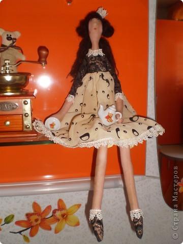Новая кофейная феечка с чайником. Давно лежала кукла все не могла ее одеть. Бязь покрашена кофе с корицей. Чайник и тарелка из кукольной фарфоровой посуды. Тарелочку можно убирать, она на липе держится.  фото 1