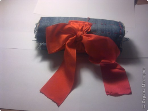Вот мой пенал в сложенном виде. Сшит из старых джинсов и завязывается на ленту. фото 1