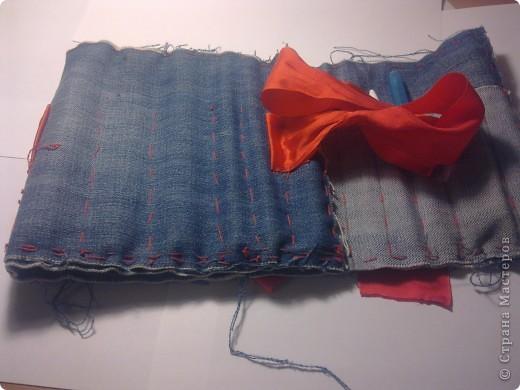 Вот мой пенал в сложенном виде. Сшит из старых джинсов и завязывается на ленту. фото 2